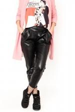 Pantaloni imitatie piele cu banda elastica in talie si buzunare largi